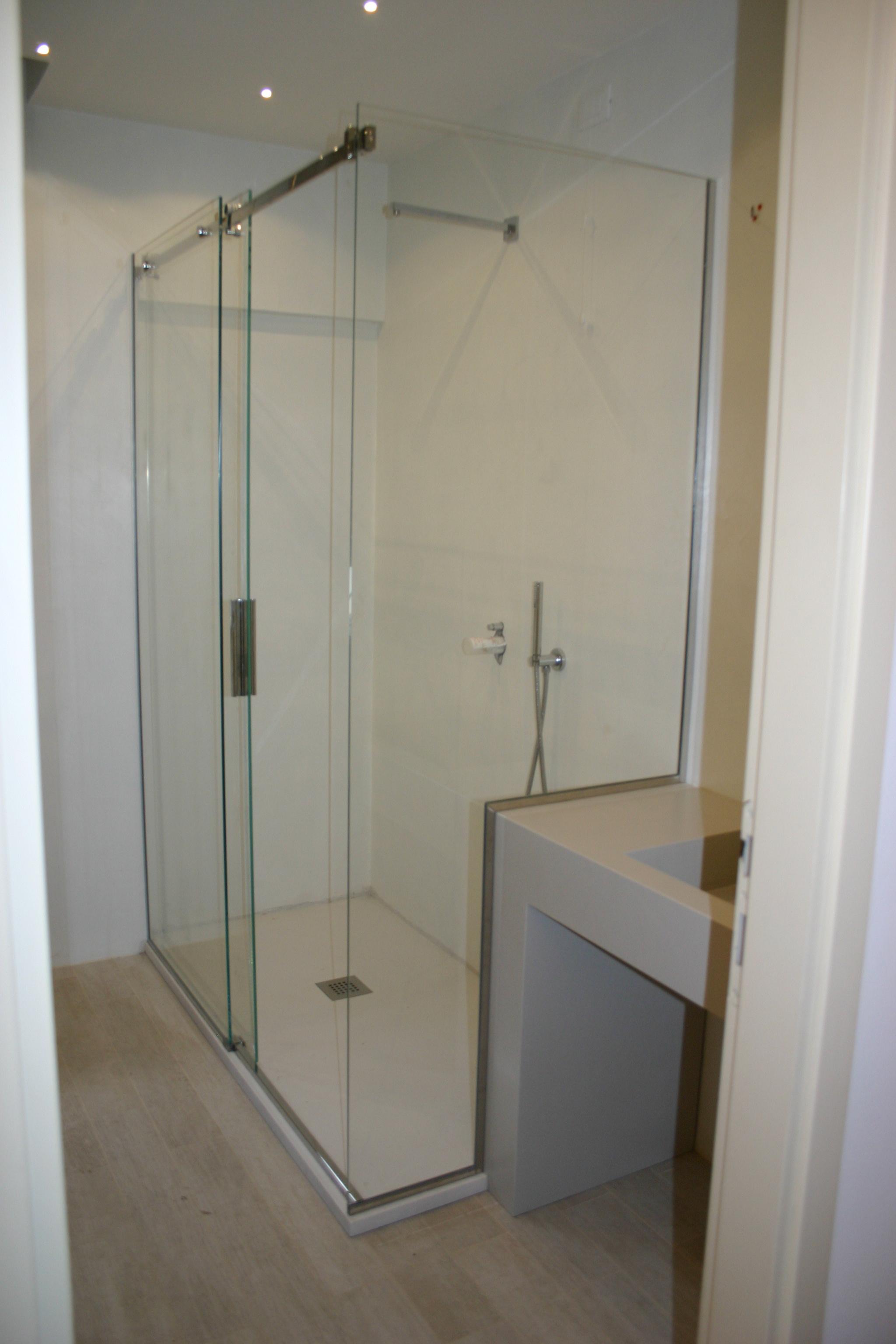 Box doccia ante scorrevoli con vetro fisso sagomato su lavabo san marino vetreria pari - Box doccia vetrocemento ...