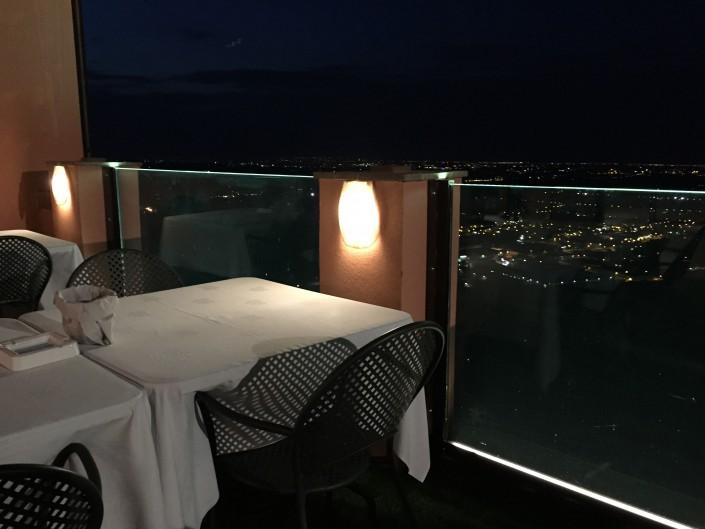 Parapetto con luce LED presso ristorante con veduta panoramica