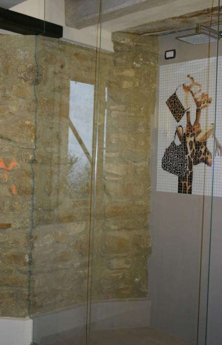 Box doccia con parete sagomata su roccia Pesaro