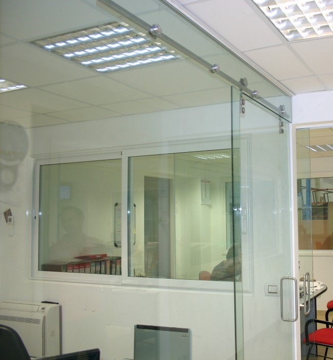 Chiusura parete ufficio con porta scorrevole integrata