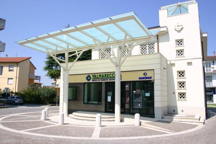 Pensilina presso Banca Valmarecchia con vetro opaco