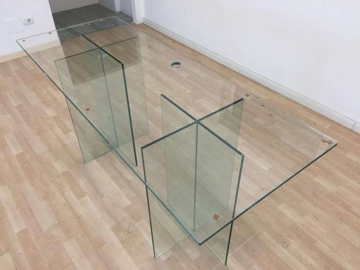 Scrivania in vetro temperato con basi e foro passacavi