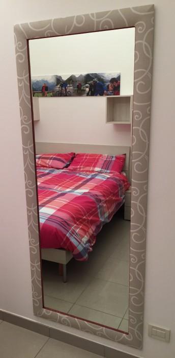 Specchio con cornice ricoperta in tessuto da www.internicollezioni.com