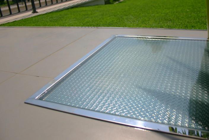 Superficie pedonabile con vetro antiscivolo