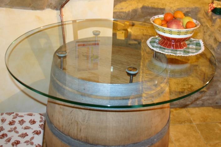 Tavolo in vetro su botte