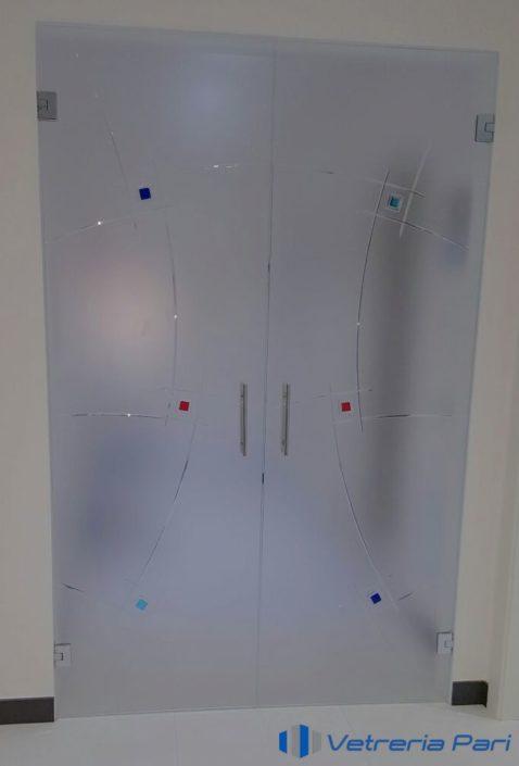 Porta in vetro temperata con incisioni e inserti colorati Pesaro Urbino