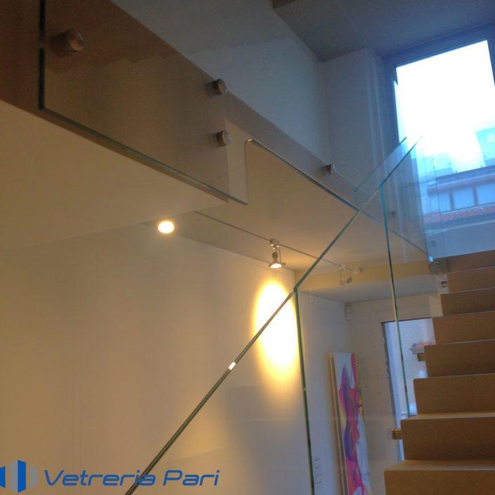 Parapetto in vetro per scala sagomato su misura Bologna