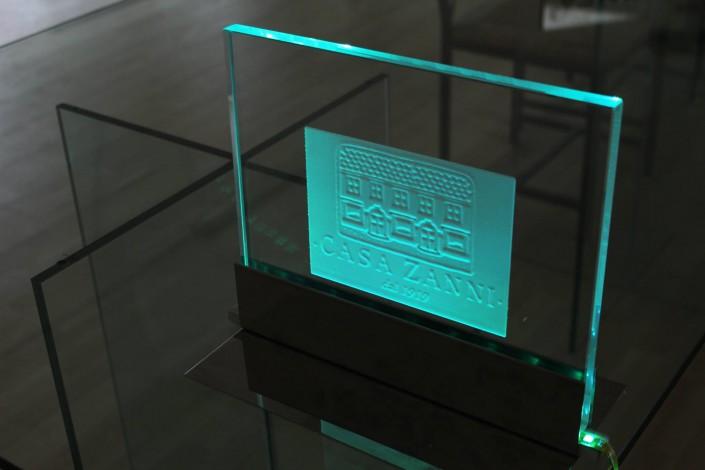 Targa in vetro in vetro con bassorilievo illuminato con LED