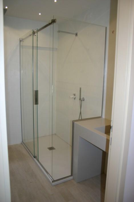 Box doccia ante scorrevoli con vetro fisso sagomato su lavabo San Marino
