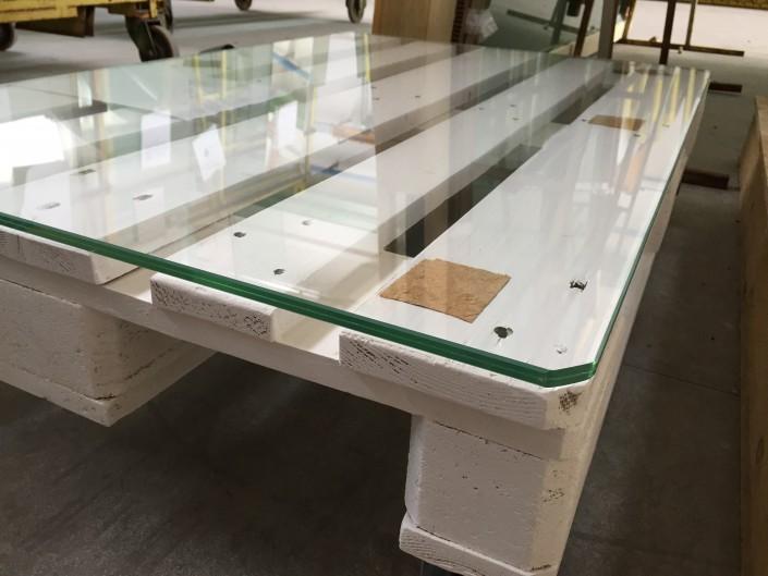 Riciclo di un bancale industriale realizzando tavolo in vetro