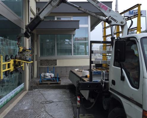 Montaggio vetrina con camion