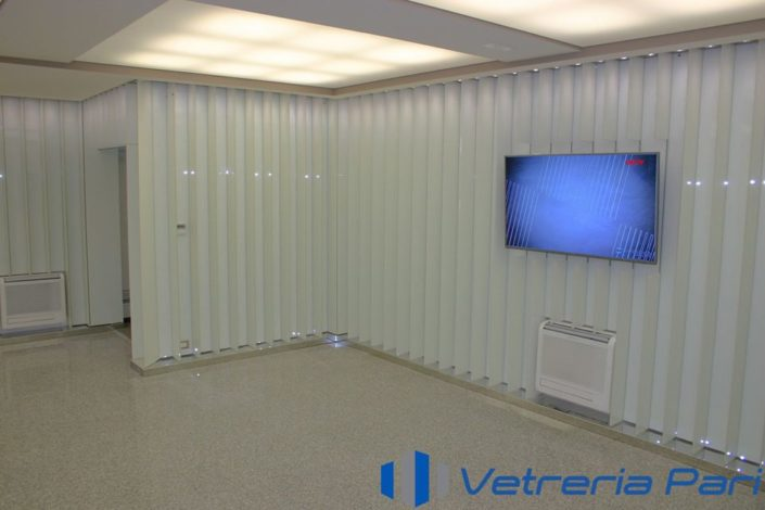 Ristrutturazione interna con lame in vetro laccato bianco presso Rimini Banca