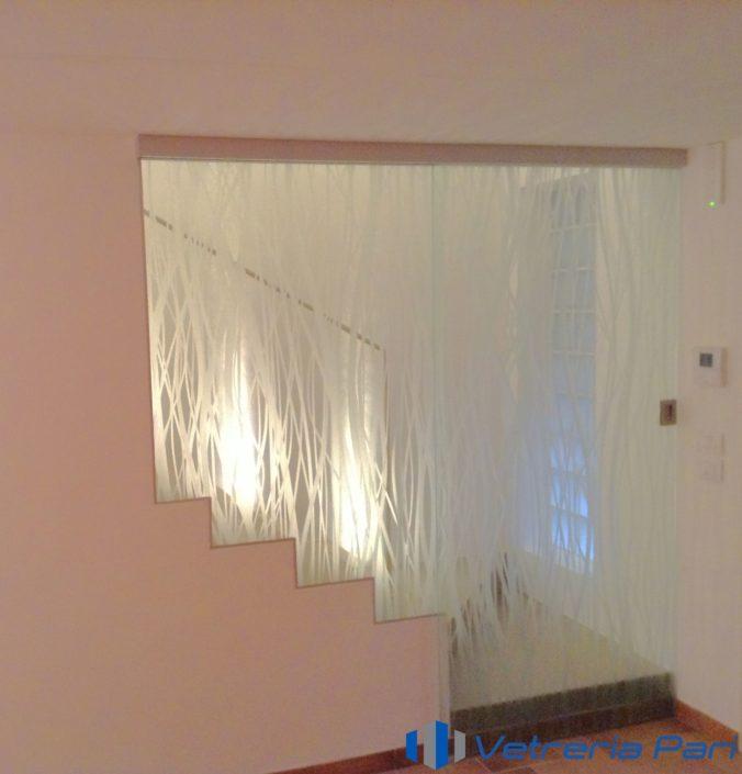 Parapetto scala in continuità con porta scorrevole in vetro Ravenna